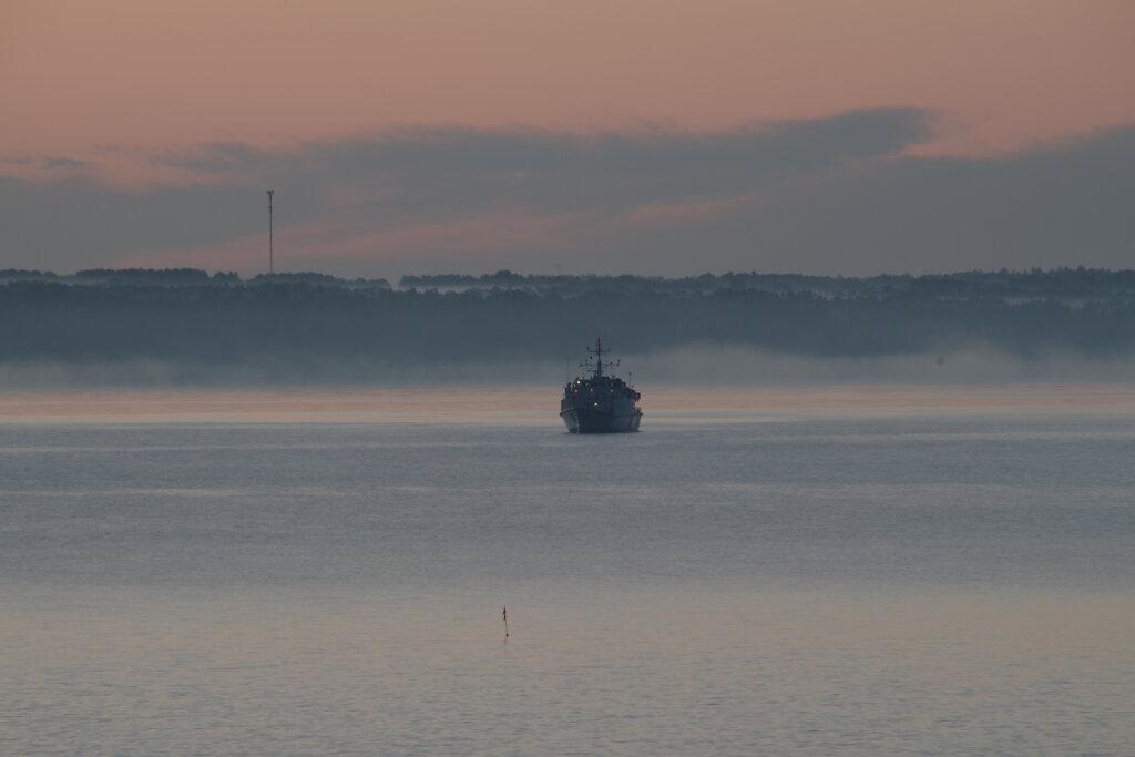 Laev päikesetõusul