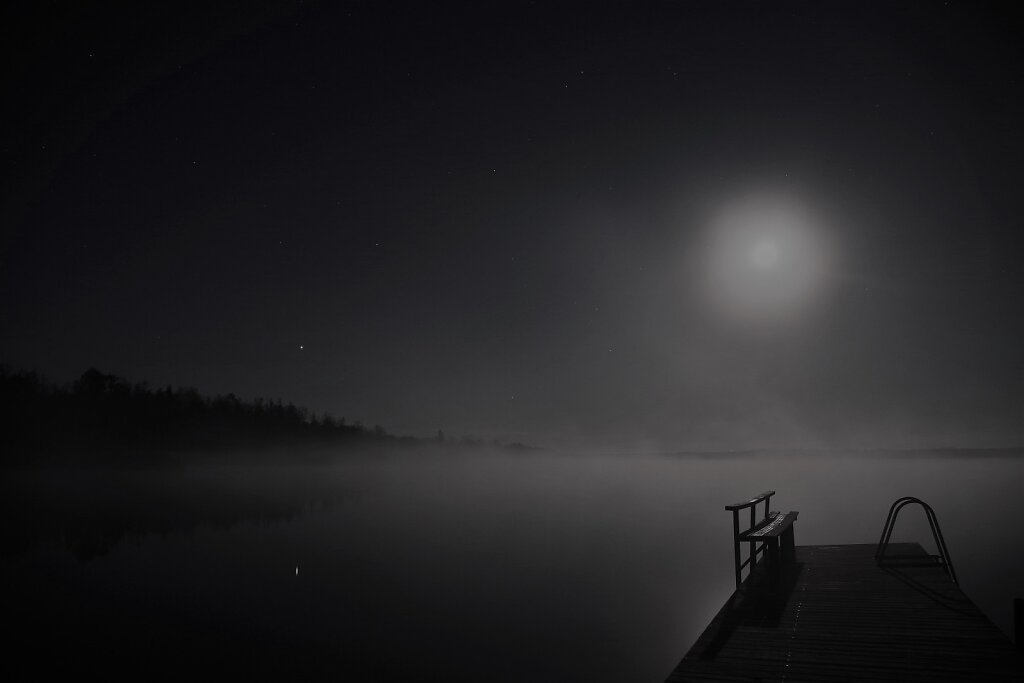 Varahommikune järvekallas ja kuu